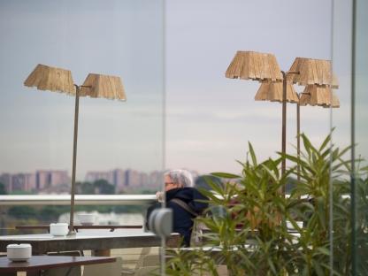 Rincón de la cafetería en la terraza de la azotea del CBA