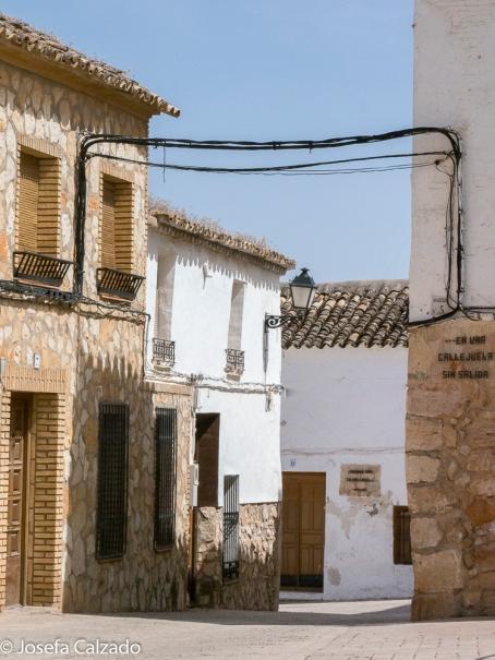 Detalle de sus calles con leyendas de Don Quijote
