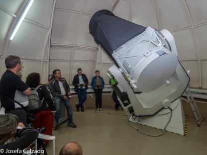Escuchando las explicaciones del funcionamiento del telescopio