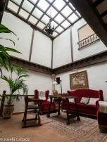 Patio interior y sala de lectura