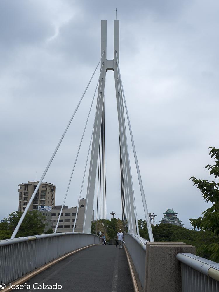 Puente sobre el río Yodo y al fondo Castillo de Osaka