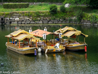 Barcazas para pasear por el lago que rodea el Castillo