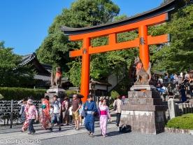 El zorro o kitsune custodiando el primer torii