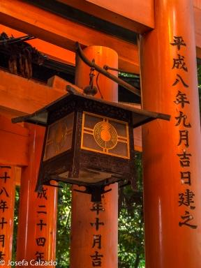 Detalle faroles e incripciones en Torii