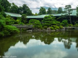 Heian Shrine Hall que parece esconderse tras la vegetación