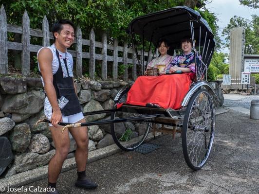 Rickshaw y jóvenes japonesas