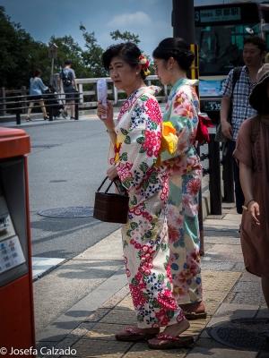 Turista japones vestido con el tradicional Yukata