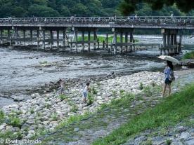 Detalle niños jugando en el río Hozu