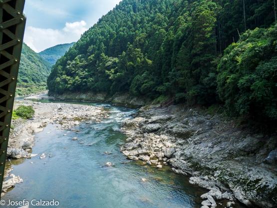 Vista del río Hozu desde el Sagano Scenic Railway