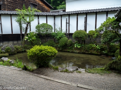 Jardín interior con lago