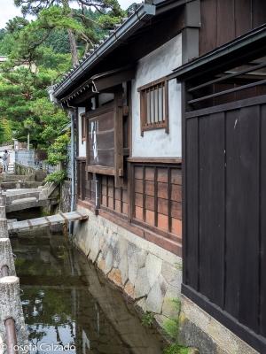 Canales que cruzan Takayama