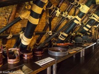 Detalle vigas techo, utensilios y objetos pertenecientes a la familia Wada