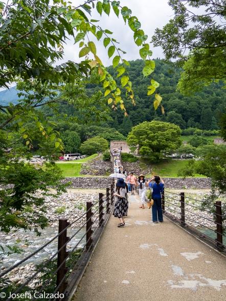 Puente sobre el río Shogawa