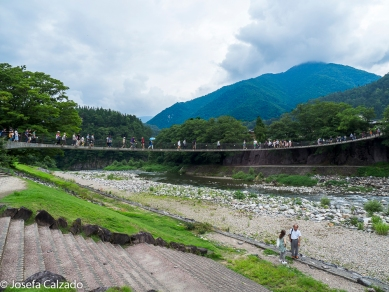 Vista del puente sobre el río Shogawa