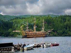 Barco pirata en el lago Ashi