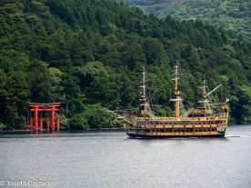 Barco pirata y Torii