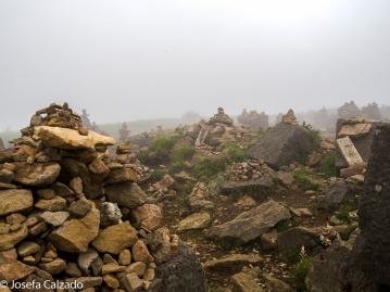 Detalle montículos de piedras entre la niebla en la cumbre del Monte Komagatake