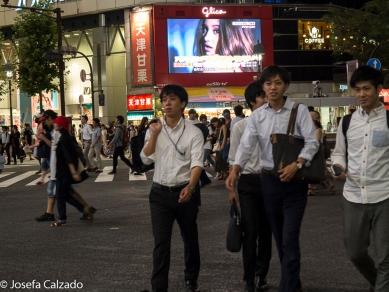 Detalle funcionarios cruzando por Shibuya crossing