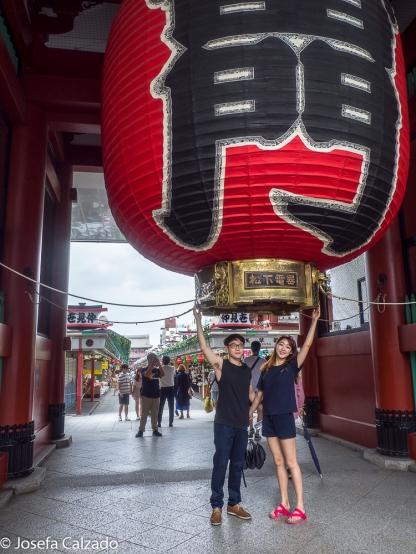Turistas en la entrada de la puerta de Kaminarimon