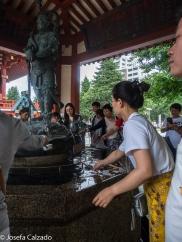 Detalle Temizu-ya y estatua de bronce