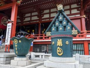 Detalle de motivos decorativos en la entrada de Hondo