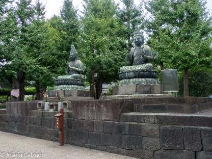 Boddhisatvas deSeishi a la derecha y Kannon a la izquierda