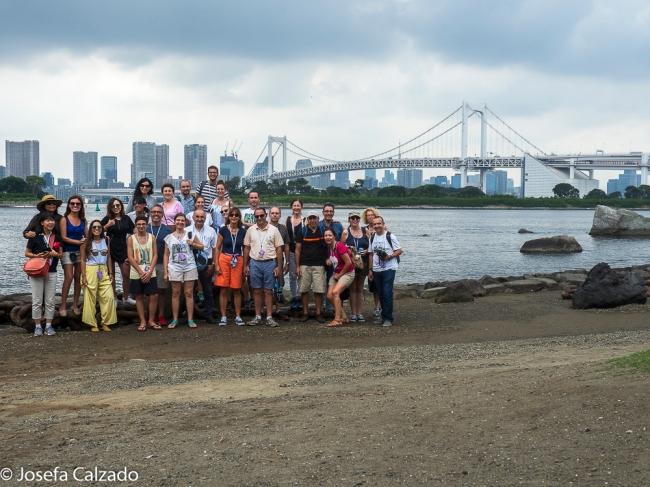 Grupo completo del tour en una de las playas de la bahía