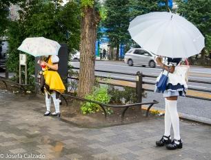 Dos maid repartiendo publicidad