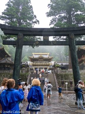 Segundo patio y torii de bronce