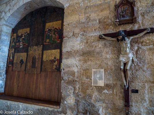 Retablo gótico y cristo crucificado