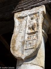 Detalle escudo en una de las columnas de los soportales