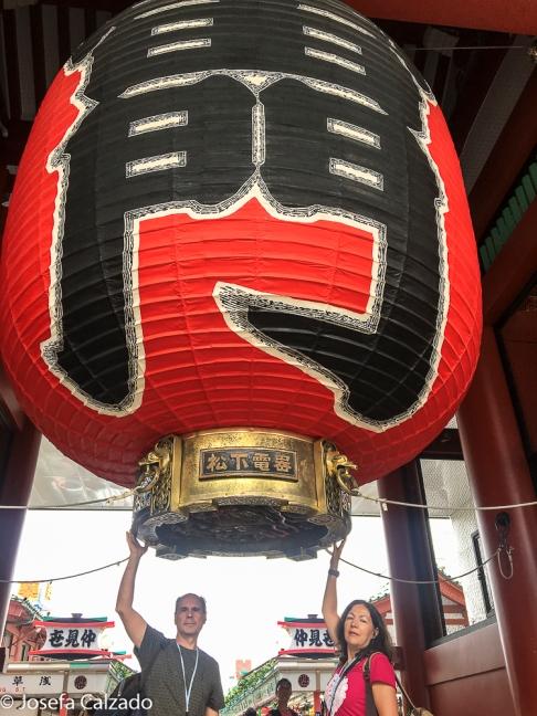 Detalle de farolillo entrada puerta de Kaminarimon y dragón en la base