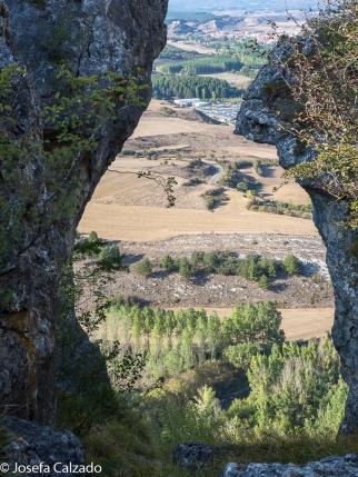 Vista del valle a través de uno de los arcos naturales