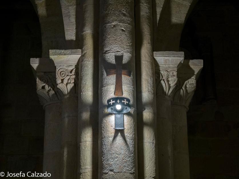 Detalle de haces de columnas que forman una robusta pilastra