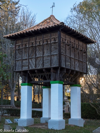 Palomar en forma de hórreo sobre cuatro pilastras