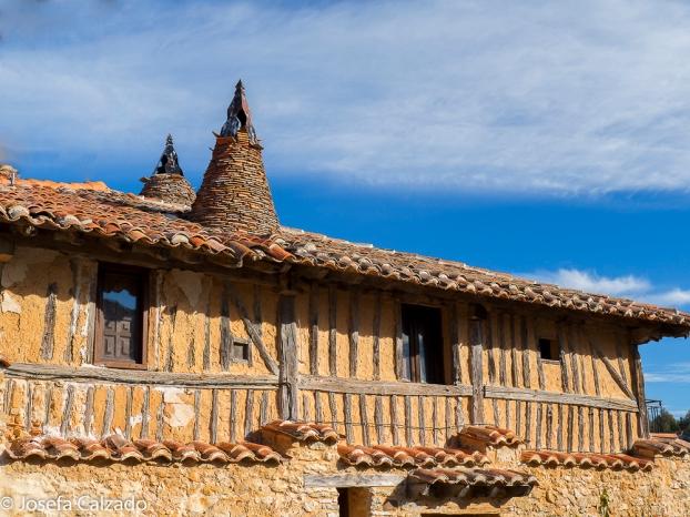 Detalle tejado y chimeneas cónicas