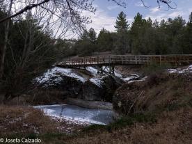 Puente de madera sobre el rio Abión