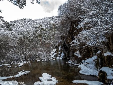 Paisaje nevado de la base de la cascada