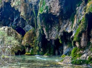 Detalle de las cuevas en la base de la cascada