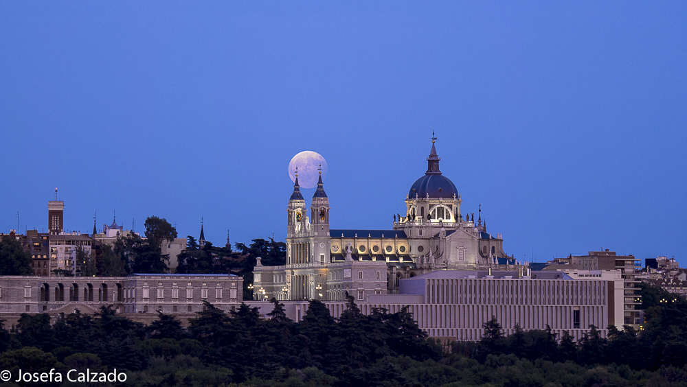 Luna llena en la Catedral de la Almudena