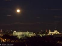 Panorámica con la luna en alto con el Palacio Real y la Catedral de la Almudena