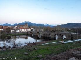 Puente romano y al fondo la sierra de Gredos