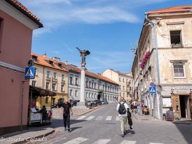 Calle principal con estatua de Angel de Uzupis