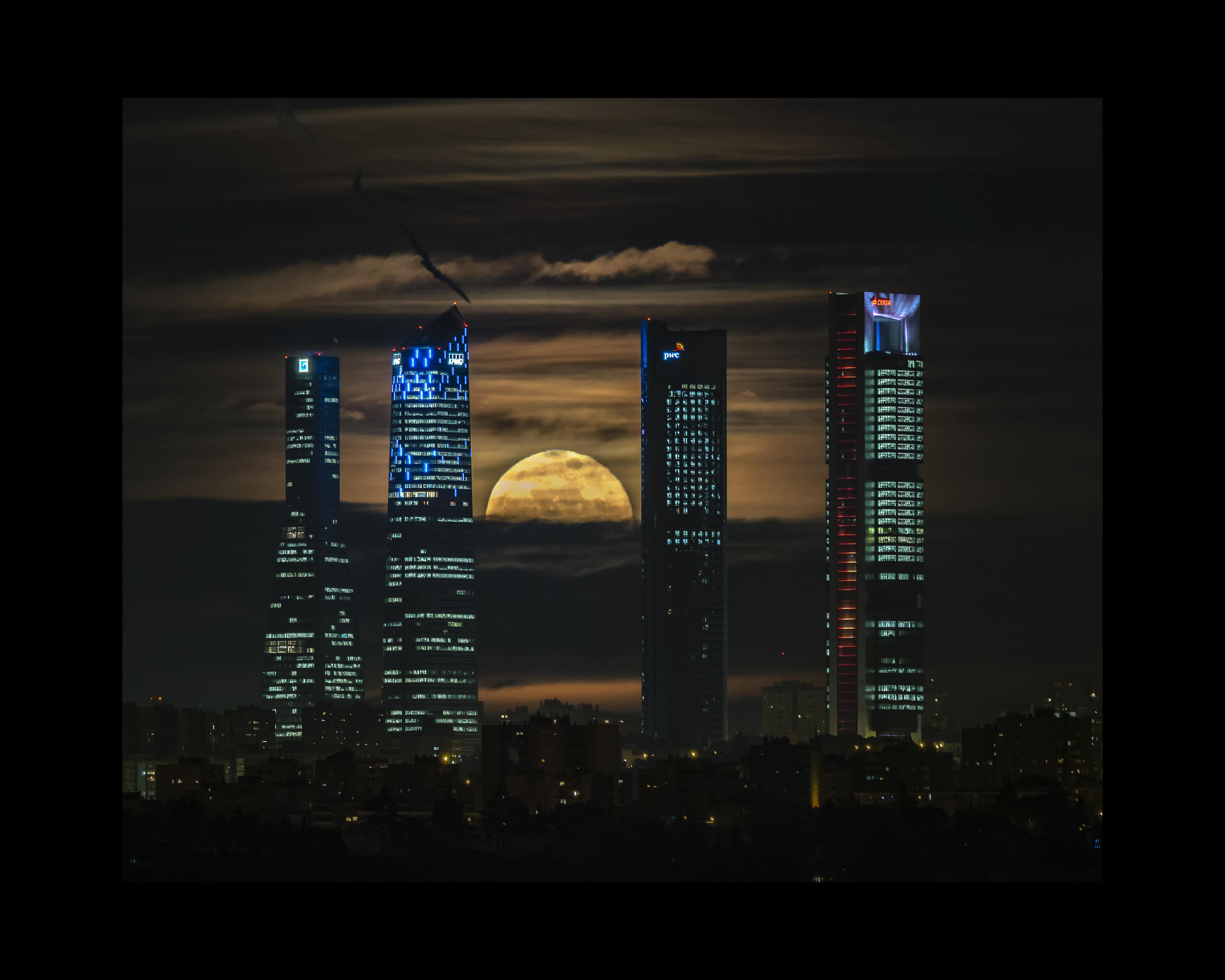 Luna emergiendo entre las 4 Torres