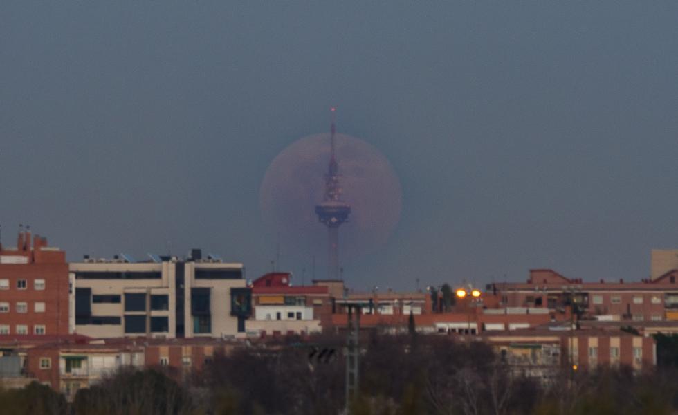 Superluna saliendo por Torrespaña