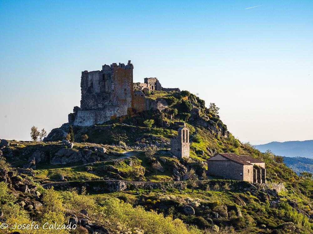 Castillo de Trevejo, Ermita de San Juan Bautista y Espadaña