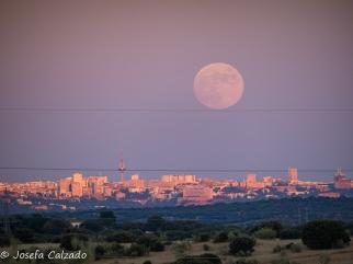Luna funambulista sobre el skyline de Madrid