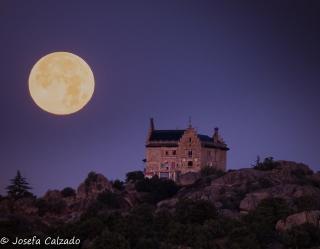 Puesta de la luna sobre el Palacio del Canto del Pico