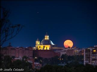 Luna llena sobre la cúpula de la Iglesia de la Paloma