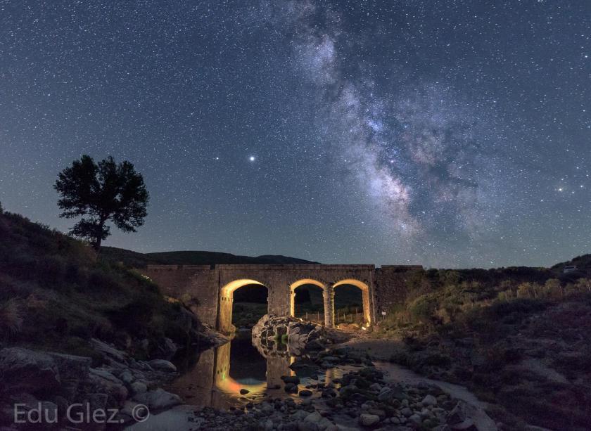 El puente y la Vía Láctea